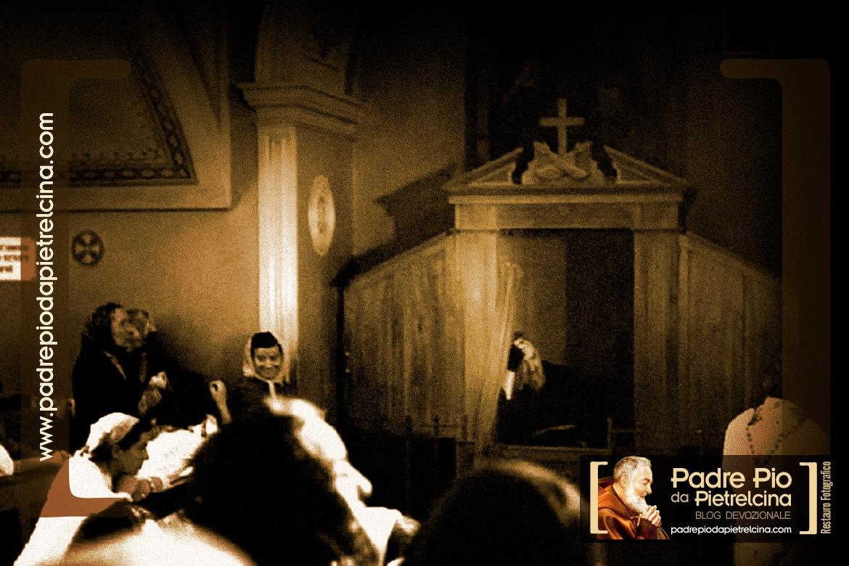 Padre Pio nel confessionale a confessare i fedeli